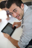 Student using tablet in class — Stockfoto