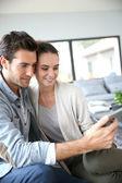 Couple websurfing on the net — Stockfoto