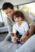 Daddy with kid playing video game — Stock Photo