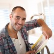 Guy in new apartment looking for paint colors — Stock Photo