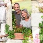 Senior couple enjoying country home — Stock Photo
