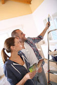 Couple choosing color for walls — Stockfoto