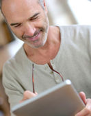 Man using digital tablet — Stock Photo