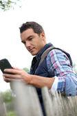 Homem usando smartphone — Fotografia Stock
