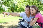 夫妇在骑自行车 — 图库照片