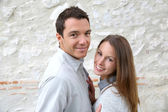 Couple standing in front of wall — Stockfoto