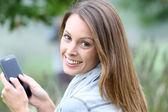 Cep telefonu kullanan kadın — Stok fotoğraf