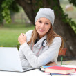 Woman in park studying on laptop — Stockfoto