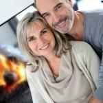 Senior couple enjoying fireplace — Stock Photo