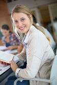 девушка в учебный класс — Стоковое фото