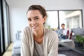 Glad kvinna hemma — Stockfoto