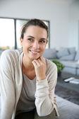 Leende kvinna hemma — Stockfoto