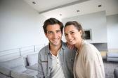 自宅でのカップルの笑みを浮かべてください。 — ストック写真
