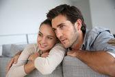 Par på soffa — Stockfoto