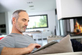 Mature man with tablet — Foto de Stock