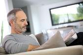 Man lezing krant — Stockfoto