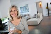 зрелая женщина дома пили чай — Стоковое фото