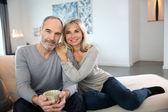 Romantisch paar op bank — Stockfoto