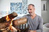 Volwassen man voorbereiding van brand — Stockfoto