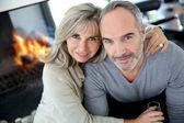 Paar in de buurt van open haard — Stockfoto