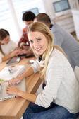 Ragazza studentessa seduta in classe — Foto Stock