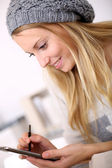 Girl writing on telephone — Стоковое фото