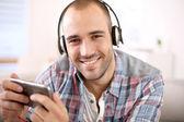Przystojny facet słuchania muzyki — Zdjęcie stockowe
