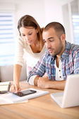Couple worried about budget — Stockfoto