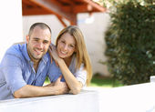 Couple in front of home — Foto de Stock