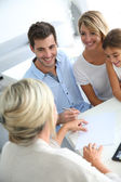Family meeting real-estate agent — Stock Photo