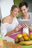 Couple reading news — Stockfoto
