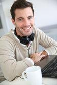 Homem na frente do computador portátil — Foto Stock