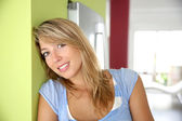 Woman standing in kitchen — Stock Photo