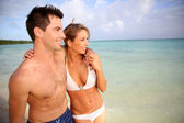 Couple walking by the beach — Stock Photo