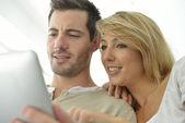 Couple websurfing on internet — Stok fotoğraf