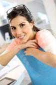 Mujer joven en oficina — Foto de Stock