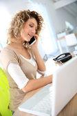 Saleswoman talking on the phone — Zdjęcie stockowe