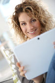 Woman websurfing on tablet — Stockfoto