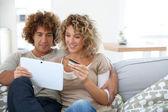 Couple at home e-shopping — ストック写真