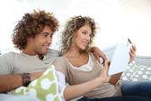 Couple at home e-shopping — Stock Photo
