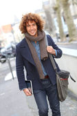 Mann zu Fuß in die Straße — Stockfoto