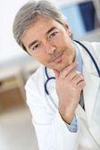çekici kıdemli doktor — Foto de Stock