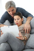 Padre e hija con tablet pc — Foto de Stock