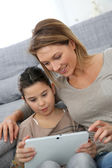 Mother and daughter with tablet — 图库照片