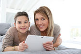Mother and daughter with tablet — Stockfoto