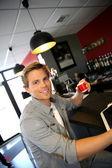 在咖啡厅喝咖啡的人 — 图库照片
