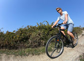 Adam bisiklete binme — Stok fotoğraf