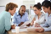 Mensen uit het bedrijfsleven vergadering rond tafel — Stockfoto