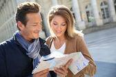 Couple reading city map — Stock Photo