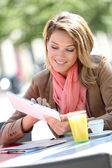 Woman websurfing at coffee shop — Stock Photo